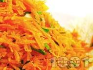 Салата от моркови, китайско зеле и магданоз